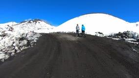 Szybkiego ruchu czasu łoktuszy wideo turyści wycieczkuje na wierzchołku Etna wulkan, Sicily, Włochy zbiory