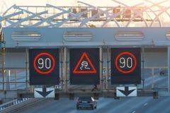 Szybkościowa autostrada z ruchów drogowych samochodami i elektronicznym interaktywnym prędkości ograniczeniem podpisuje i śliski  obrazy royalty free