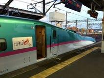 Szybkościowy pociąg jest przy platformą Zdjęcie Stock