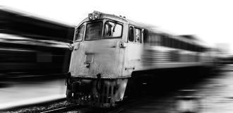 Szybkościowy pociąg przechodzi stację z ruch plamy starego loco pędną czarny i biały fotografią obrazy royalty free