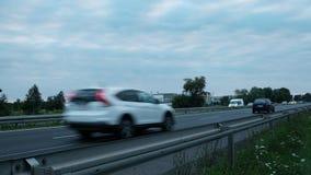 Szybko przechodzić samochody i droga zdjęcie wideo