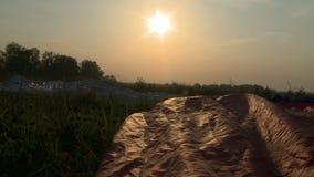 Szybko się zwiększać lyiung na polu po lądować zdjęcie wideo