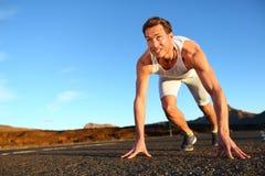 Szybkobiegacz zaczyna sprint - mężczyzna bieg Zdjęcia Royalty Free