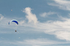 Szybowiec up w niebie podczas komarnicy, otaczającej clou Zdjęcia Stock