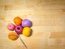 Szydełkować w toku i kolorowe bawełniane niciane piłki na drewnianym tle z przestrzenią Zdjęcie Royalty Free