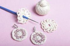 Szydełkowa biżuteria dla kobiet Kolczyki dziający przedsiębiorcą Nici dla dziać, sztabek, i kończący - produkty Obrazy Royalty Free