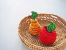 Szydełkowe owoc w kosza zakończeniu up Trykotowe zabawki Selekcyjna ostrość obrazy royalty free