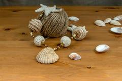 Szydełkowi beży koraliki, seashells i skein bliźniak, Obraz Royalty Free
