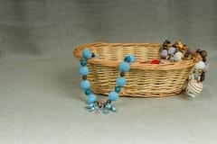 Szydełkowi koraliki handmade w łozinowym koszu Fotografia Royalty Free