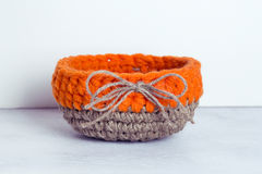 Szydełkowy pomarańczowy bieliźniany kosz Fotografia Stock