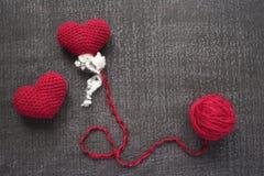 Szydełkujący czerwoni serca na grunge desce Zdjęcia Stock