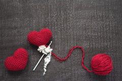 Szydełkujący czerwoni serca na grunge desce Zdjęcie Royalty Free