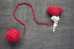 Szydełkujący czerwony serce na grunge desce Obraz Stock