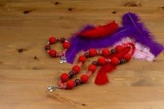 Szydełkuje bransoletkę, kolię i piórka handmade czerwonych, Fotografia Stock