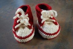 Szydełkowi dzieci trenuje buty Pierwszy buty dla dzieciaków Zdjęcie Stock