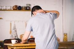 Szyja ból, mężczyzna cierpienie od backache fotografia royalty free