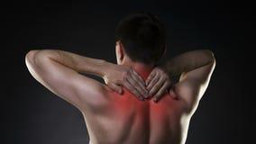 Szyja ból, mężczyzna z backache na czarnym tle zbiory