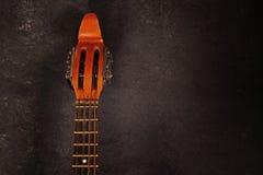 Szyja nawleczona instrument mandolina na ciemnym tle z kopii przestrzenią dla twój teksta Zdjęcia Royalty Free