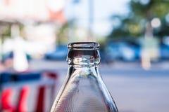 Szyje jasne szklane butelki w świetle słonecznym Obraz Stock