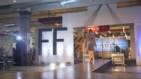 Szyk modeluje w futerkowych żakietach i w czerni heeled kuje przesmyków na podium podczas mody wydarzenia zdjęcie wideo