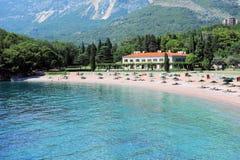 Szyk plaża i lazurowe wody Adriatycki morze blisko ogródu botanicznego, Milocer park, Montenegro, Europa Bałkany fotografia royalty free