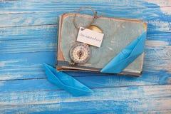 Szyldowa Denna przygoda i kompas na starej książce - rocznika styl Zdjęcia Stock