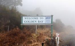 Szyldowa poczta na Takaka wzgórzu zaznacza granicę Złota zatoka obrazy royalty free