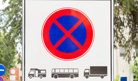 Szyldowa prohibicja parking i powstrzymywania ciężcy pojazdy: Samochody dostawczy, autobusy i ciężarówki, Zdjęcia Stock
