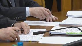 Szyldowa ważna informacja Podpisywać kontrakty przy biznesowym spotkaniem Znacz?co dokumenty zbiory