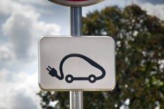 Szyldowe ładuje stacje dla pojazdów zdjęcie royalty free