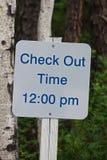 Szyldowego przejawu wymeldowania czas jest 12:00 pm Fotografia Stock