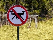 Szyldowi zakazów trutnie w tle las lub park zdjęcie stock