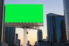 Szyldowy billboardu puste miejsce na zieleni odizolowywającym i miastowym tle Zdjęcia Royalty Free