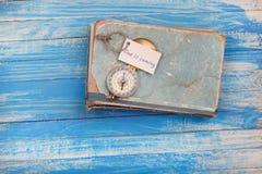 Szyldowy czas przychodzi i kompas na starej książce - rocznika styl Fotografia Royalty Free