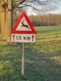 Szyldowy ostrzeżenie dla ewentualnej przyrody krzyżuje drogę zdjęcia royalty free