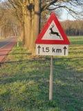 Szyldowy ostrzeżenie dla ewentualnej przyrody krzyżuje drogę fotografia royalty free