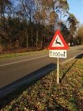 Szyldowy ostrzeżenie dla ewentualnej przyrody krzyżuje drogę fotografia stock