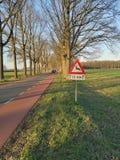 Szyldowy ostrzeżenie dla ewentualnej przyrody krzyżuje drogę zdjęcie royalty free