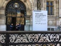 Szyldowy outside Paryski ` s Hotel De Ville mówi ludzi Paryski poparcie ludzie Aleppo Obraz Royalty Free