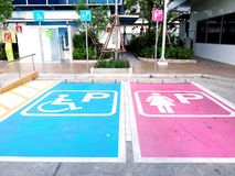 Szyldowy parking samochód przed toaletą Fotografia Royalty Free