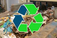 Szyldowy przetwarza odpady Jałowy zakład przetwórczy i jesteśmy rozmyci w tle zdjęcia stock