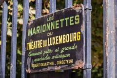 Szyldowy reklamowy Les Marionnettes Du Theatre du Luksemburg, Paryż, Francja Obraz Royalty Free