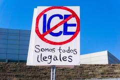 Szyldowy saying w Hiszpańskim ` wszystko jesteśmy bezprawnym ` i pytać dla znosić lód, ` rodziny należą wpólnie ` wiec w San Jose fotografia royalty free