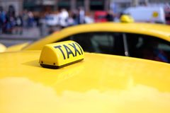 Szyldowy taxi zakończenie na miasta tle Obraz Royalty Free