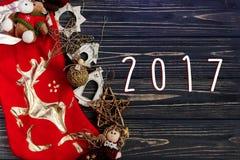 2017 szyldowy tekst na boże narodzenie złotych eleganckich zabawkach na czerwonej pończosze Obrazy Royalty Free