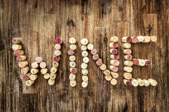Szyldowy wino robić od korków na drewnianym rocznika stole Zdjęcia Royalty Free