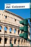 Szyldowy wskazywanie kierunek rzymski Colosseum w środkowym Rzym zdjęcia stock