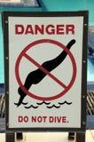 Szyldowy zabrania nurkować w basenie Zdjęcia Royalty Free