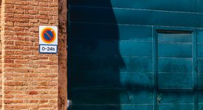 Szyldowy zabrania parking od (0) 24h na garażu drzwi Obraz Royalty Free