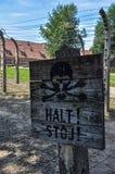 Szyldowy zabrania przejście w koncentracyjnym obozie Auschwitz, Polska Zdjęcia Royalty Free